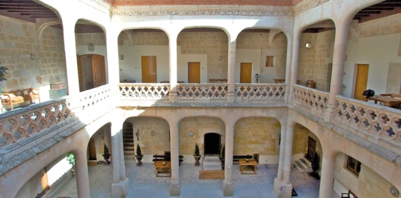ruralka-salamanda-castillo-del-buen-amor-patio