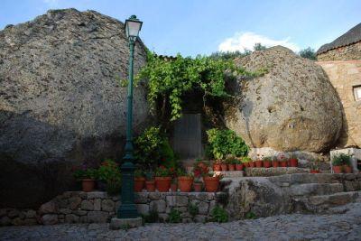 1280px-Aldeia_velha_de_Monsanto_-_Casa_entre_as_pedras-680x455