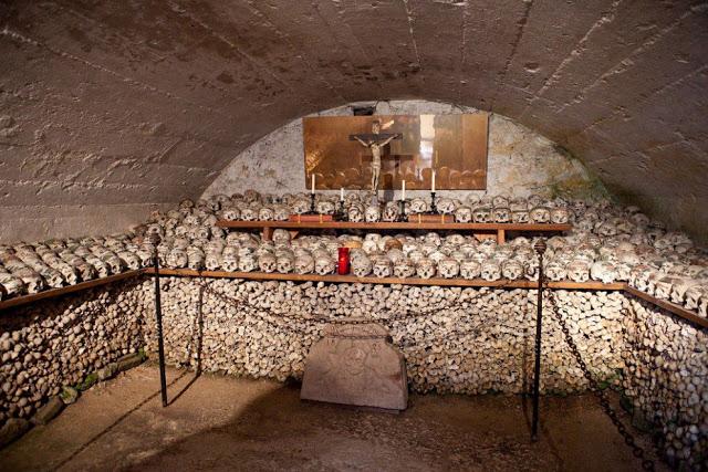 Fotos imagenes Antigua catacumba en un pueblo de Austria Beinhaus __003_