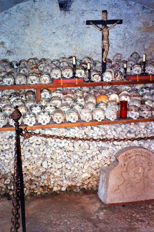 Fotos imagenes Antigua catacumba en un pueblo de Austria Beinhaus __006_